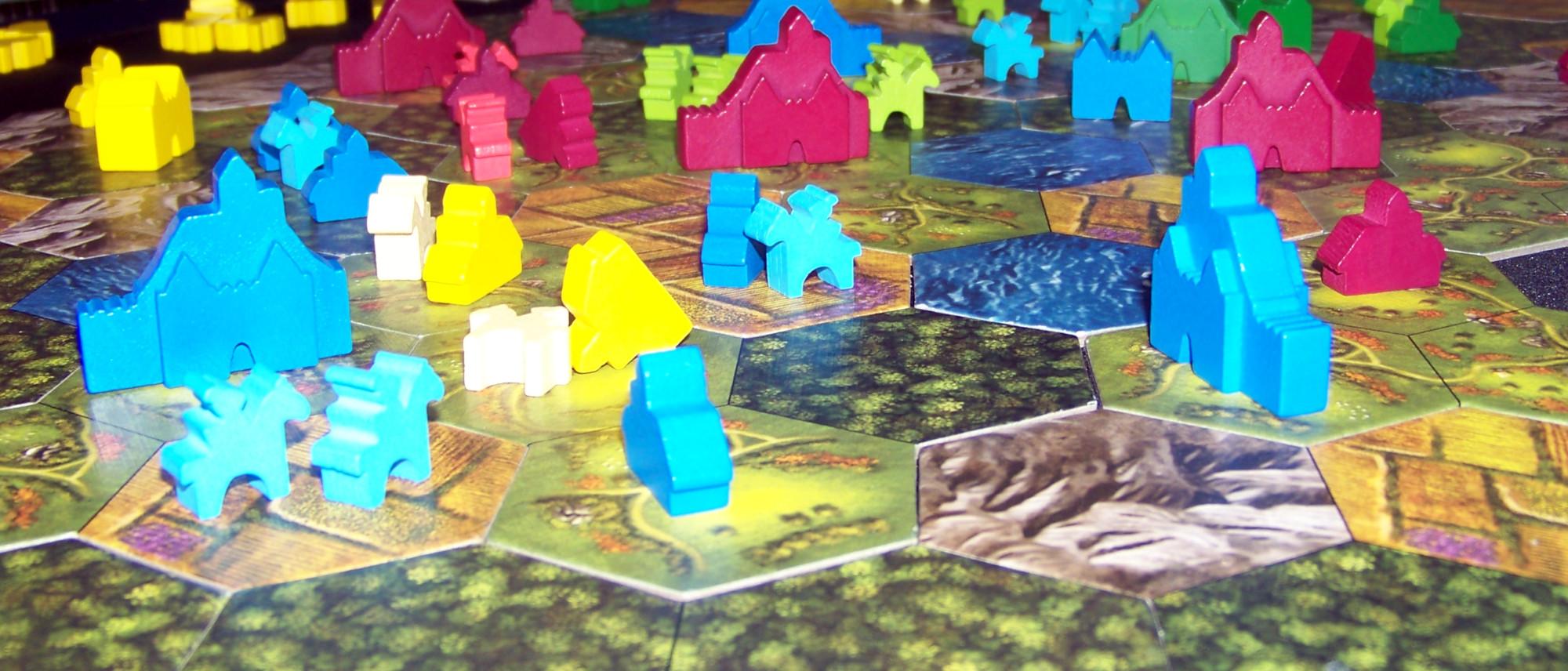 Detalle de las maderitas sobre el tablero del juego de mesa Barony.