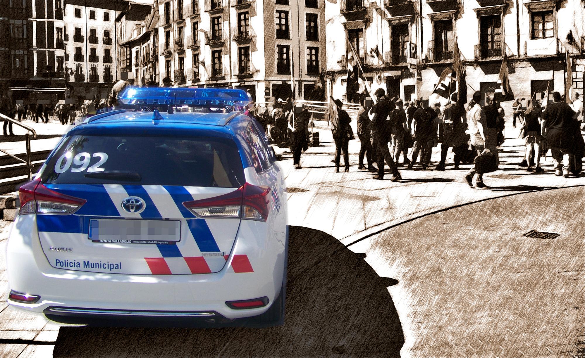 Fotografía editada con un carro de policía y una manifestación de fondo.