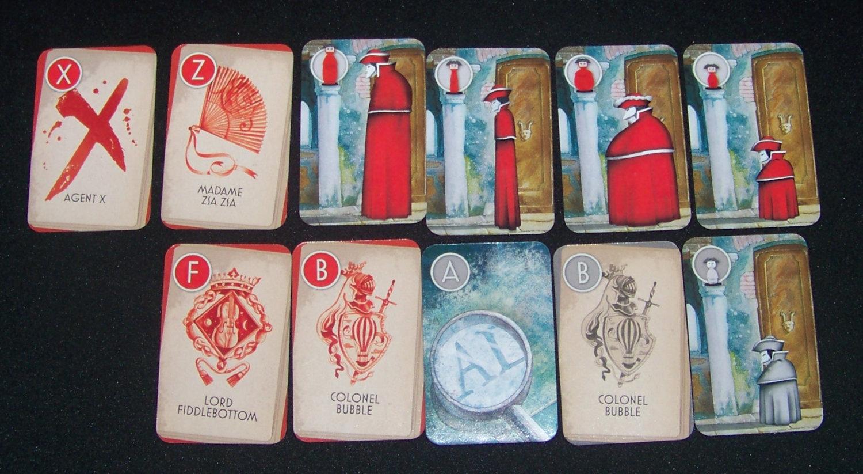 Juego de mesa Inkognito - cartas de una jugadora durante la partida.